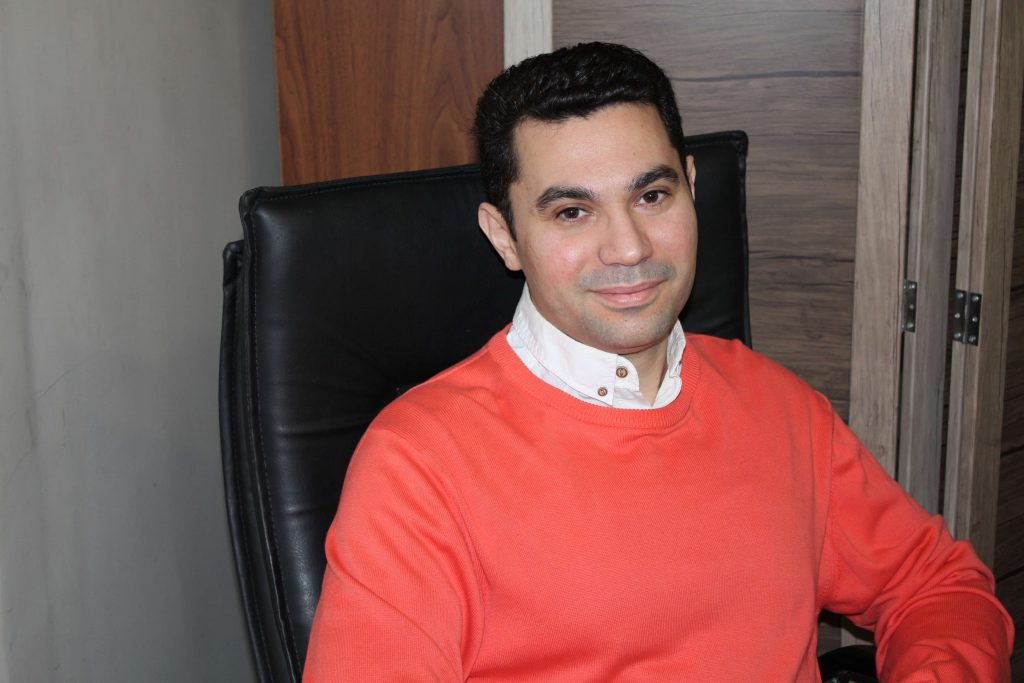 دکتر بابک اعتمادی نویسنده مجموعه گنج دانش